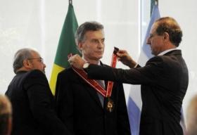 """MACRI RECIBIO UNA CONDECORACION EN BRASIL: Industriales prometen """"retorno de operaciones"""""""
