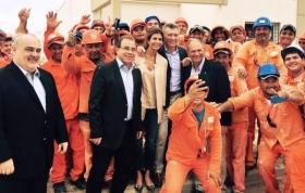 El presidente Macri y su esposa posaron junto a Tassano - Lanari y los obreros