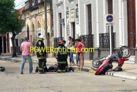 Motociclista se incrustó contra una casa tras rozar un auto y perder el control del rodado