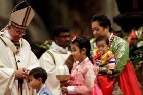 """En Navidad, Francisco rezó por los niños """"a los que no se les deja nacer"""""""