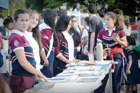 TRAS EL INICIO DEL CICLO LECTIVO: Más de 4.000 jóvenes pasaron por la 8ª Feria del Libro Usado en la plaza Mitre de Goya