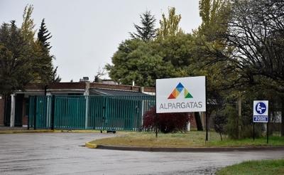 Por la política del gobierno nacional sobre importaciones, Alpargatas Bella Vista da licencia a su personal