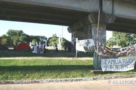 """Policías que acampan en la bajada del puente Belgrano: """"No respondemos a ningún partido"""""""