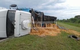 Sin heridos volcó un camión sobre Ruta Nacional 12 cerca de San Lorenzo