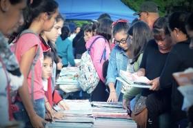 Goya dio inicio a su 8ª Feria del Libro Usado con una multitud de estudiantes en la plaza Mitre
